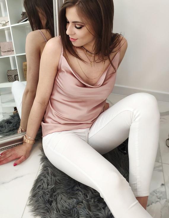 stylizacja z różową bluzką
