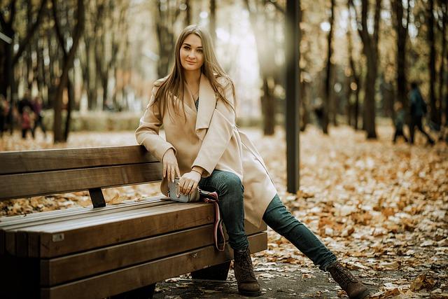 uśmiechnięta kobieta w płaszczu